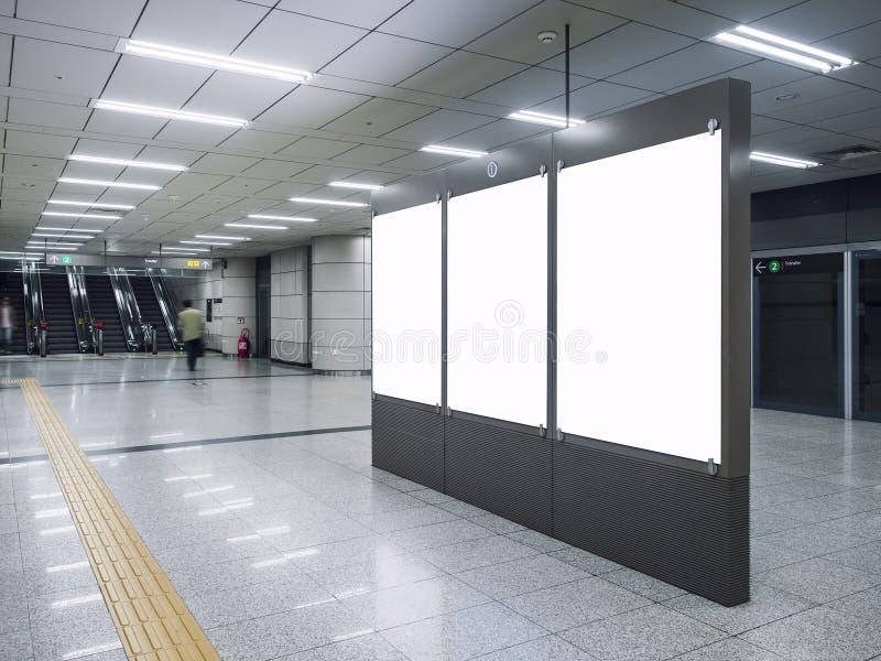 嘲笑在地铁站的空白的横幅媒体广告与自动扶梯人走 免版税库存照片