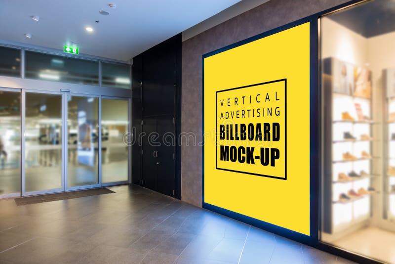嘲笑在墙壁上的大广告牌在入口鞋店附近 免版税库存图片
