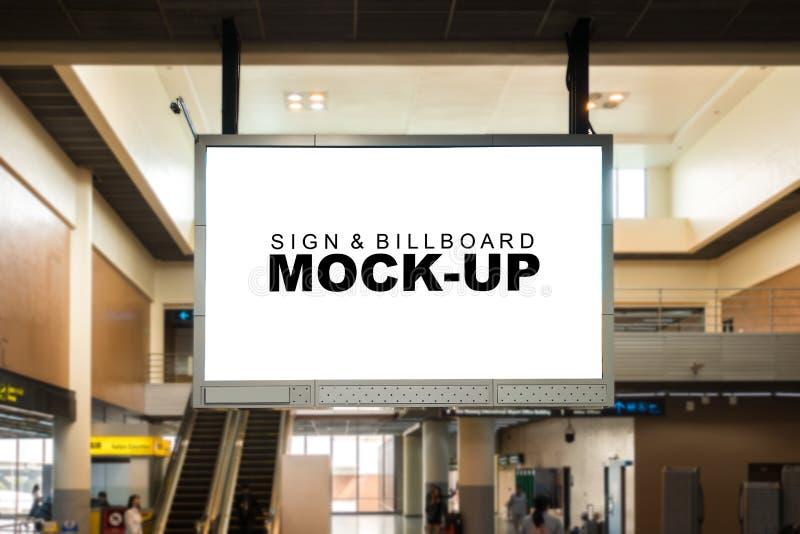 嘲笑垂悬从天花板的空白的广告广告牌 免版税库存图片