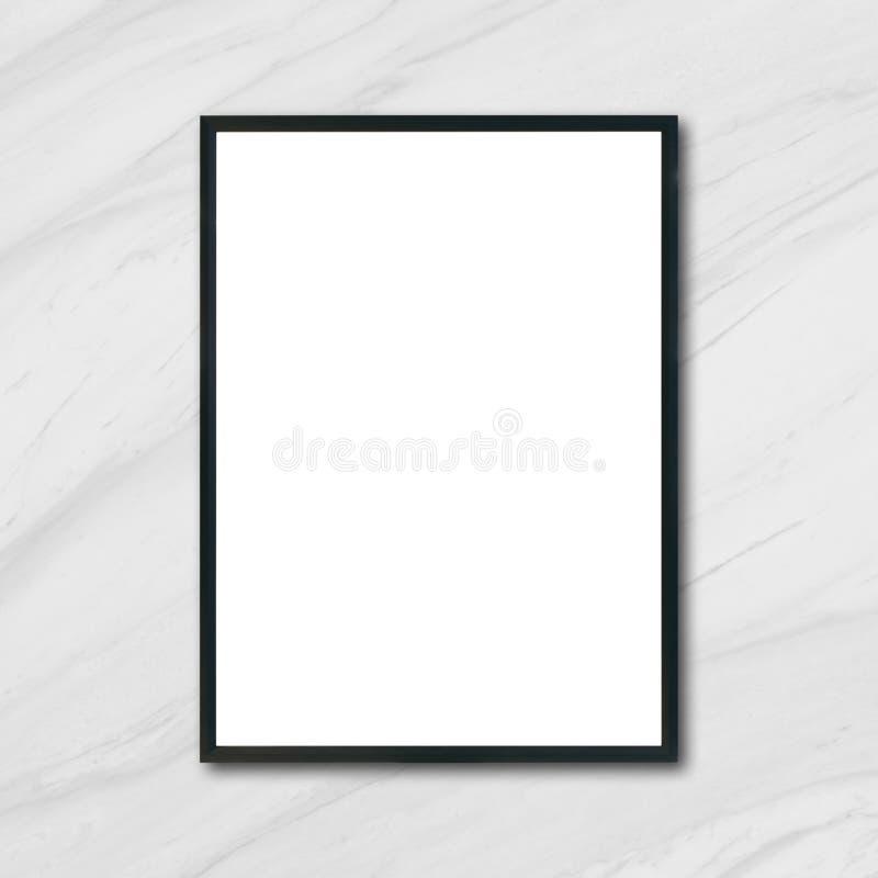 嘲笑垂悬在白色大理石墙壁上的空白的海报画框在屋子里 库存图片