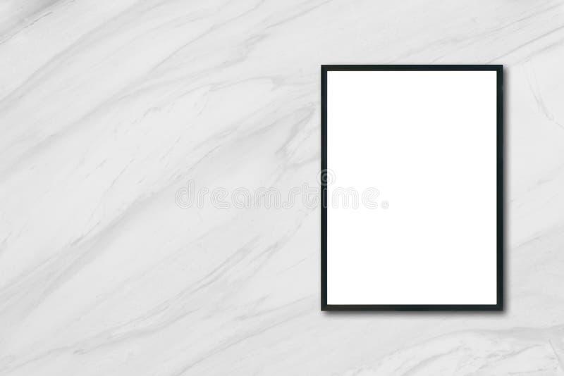 嘲笑垂悬在白色大理石墙壁上的空白的海报画框在屋子里 库存照片