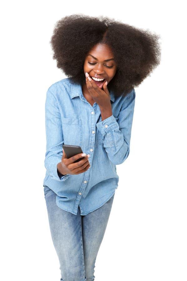 嘲笑手机的年轻黑人妇女 免版税库存图片