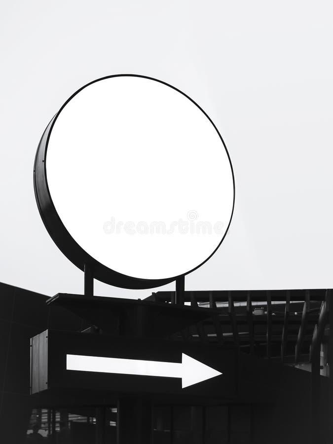 嘲笑标志灯箱与箭头方向标的圈子形状 图库摄影