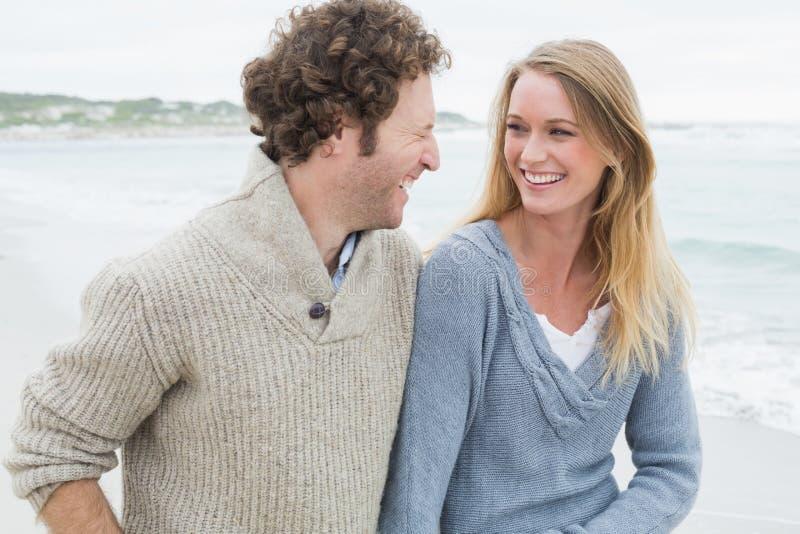 嘲笑海滩的年轻夫妇 免版税库存图片