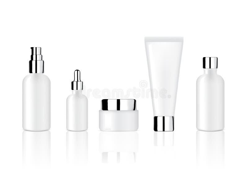 嘲笑现实光滑的白色化妆肥皂、香波、奶油和油吸管瓶设置与Skincare产品Ba的金属盖帽 皇族释放例证
