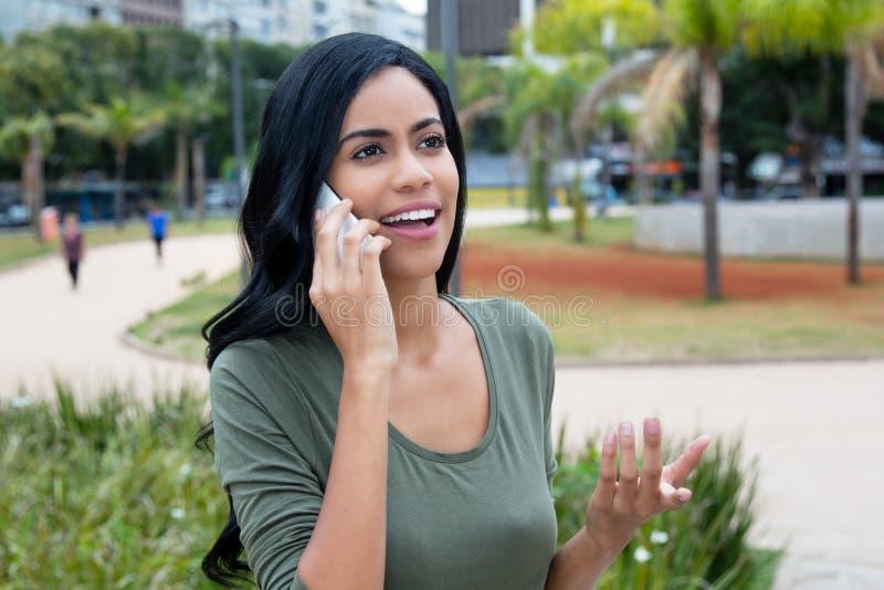 嘲笑电话的愉快的印度妇女 免版税图库摄影