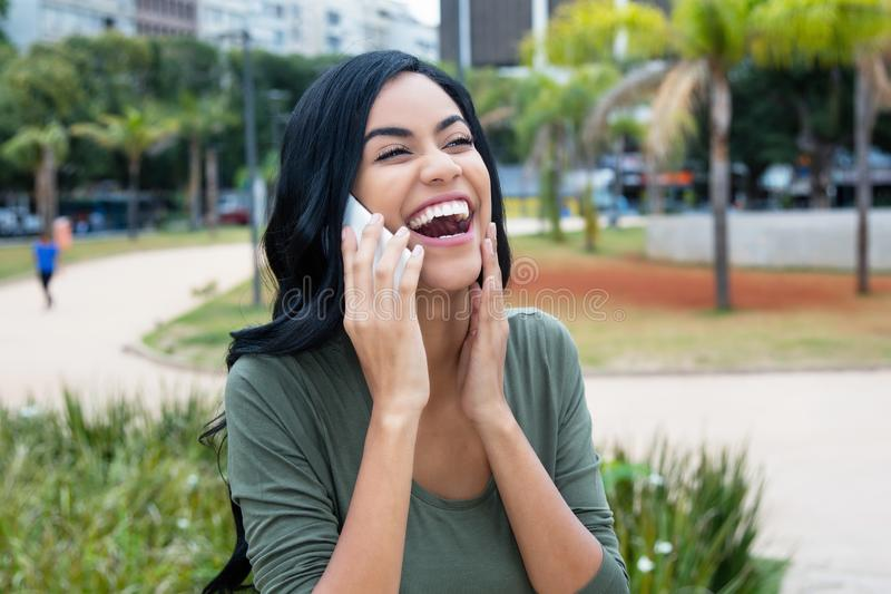 嘲笑电话的美丽的印度妇女 免版税库存照片