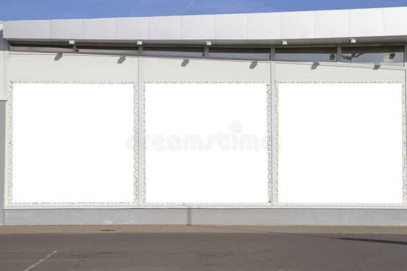 嘲笑 户外户外广告、空白的广告牌在商店或超级市场墙壁 库存图片