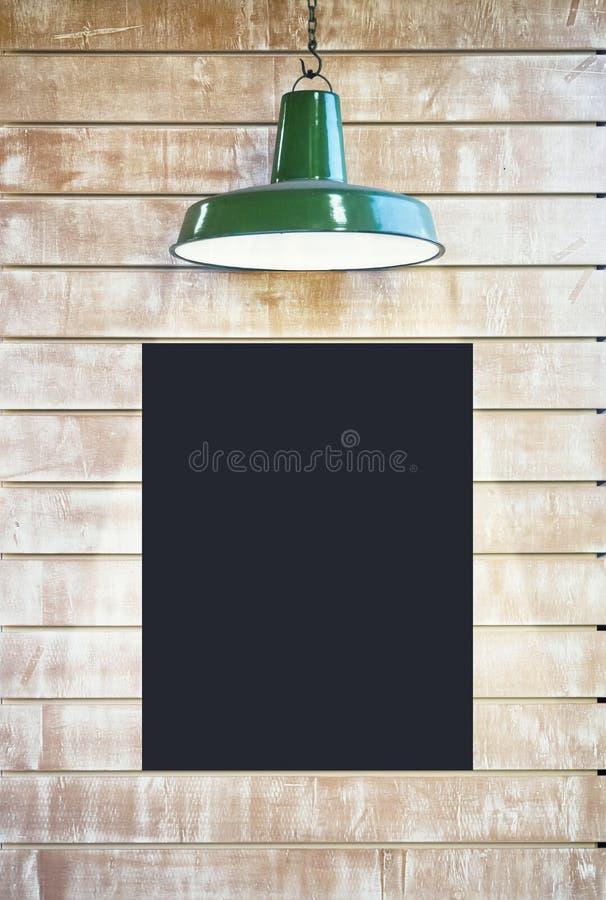嘲笑黑板海报标志与照明设备的空白框架在v 免版税库存照片