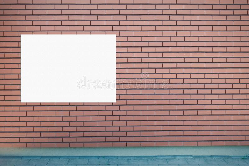 嘲笑 空白的广告牌户外,户外广告牌,在墙壁上的社会信息板 免版税图库摄影