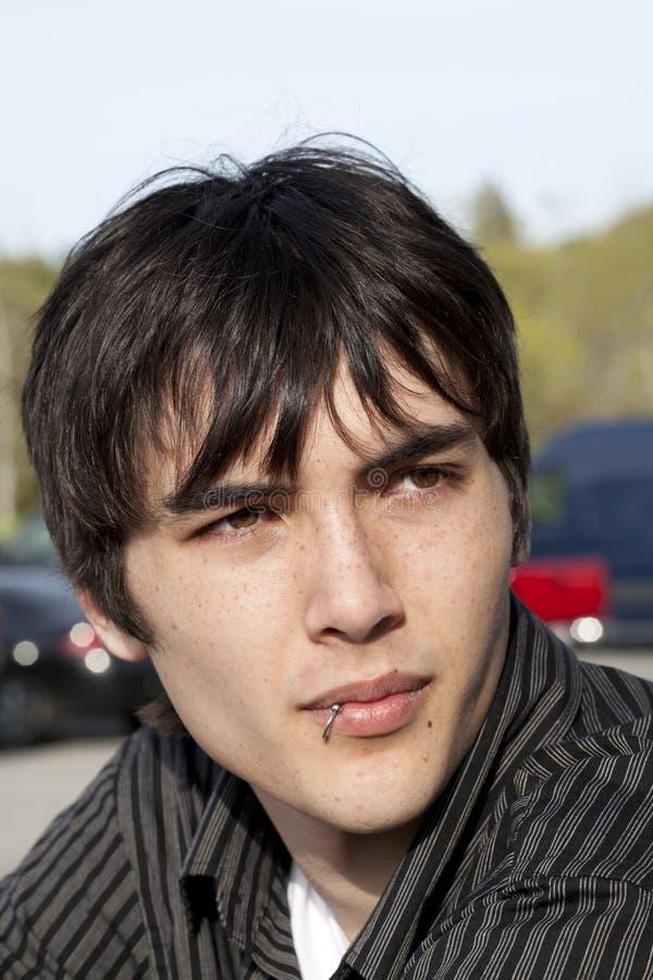 嘴唇人室外贯穿的纵向青少年的年轻&# 库存照片