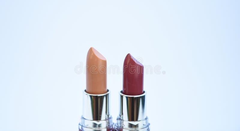 嘴唇关心概念 在白色背景的唇膏 优质唇膏 每日组成 化妆用品艺术性 唇膏为 库存图片