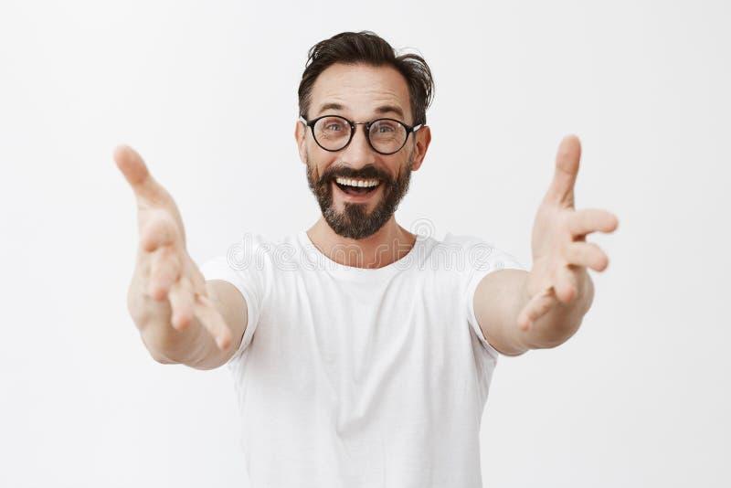 嘿好久不见 玻璃的Surpirsed愉快和快乐的老朋友与胡子和髭,拉扯手往 免版税库存图片