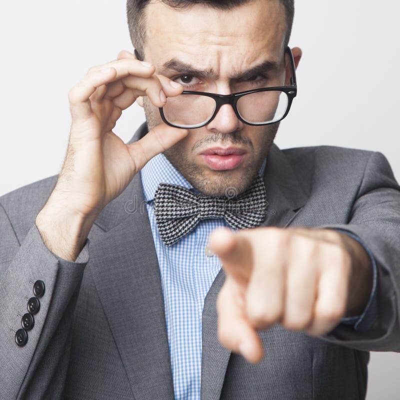 嘿您!指向您的恼怒的上司商人画象  B 免版税库存图片