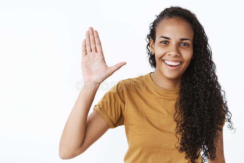 嘿高五伙伴 友好和外出的好可爱的非裔美国人的妇女画象有长的卷发的 免版税库存照片