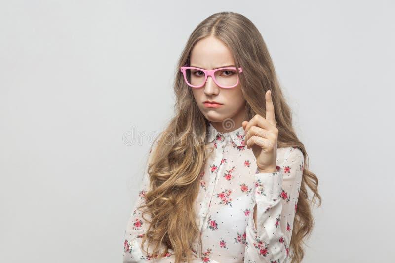 嘿!我`严肃m!警报信号 看camer的少年女孩 库存图片