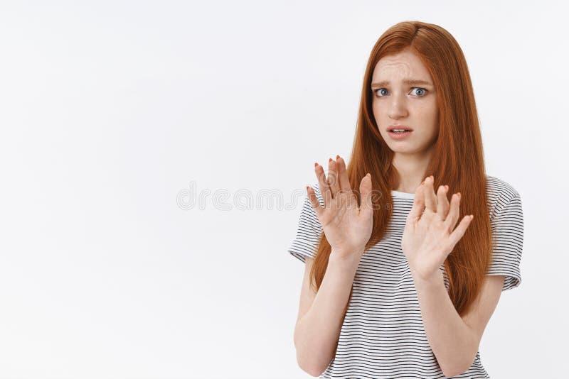 噗不用,谢谢 被干扰的怯懦的难受的逗人喜爱的有吸引力的姜女孩蓝眼睛后退克制培养棕榈 库存照片