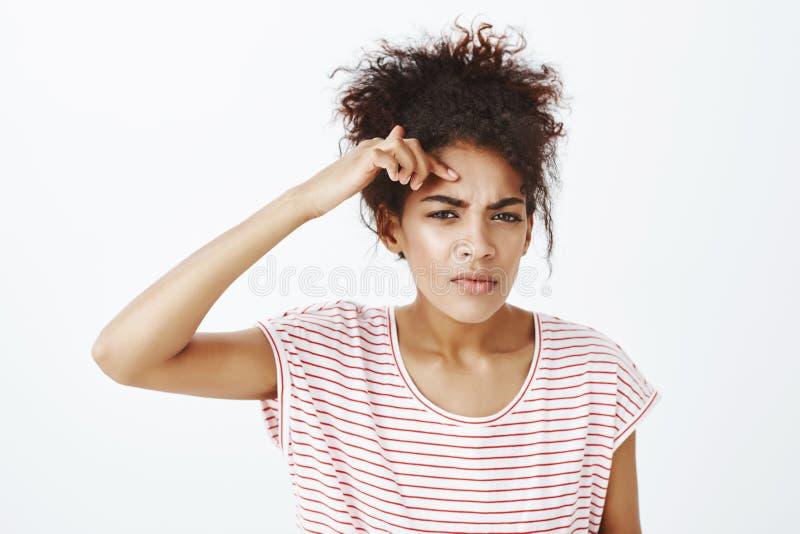 噢在我的面孔的没有新的丘疹 生气的生气女孩,皱眉和感人的粉刺画象在前额,生气 库存图片