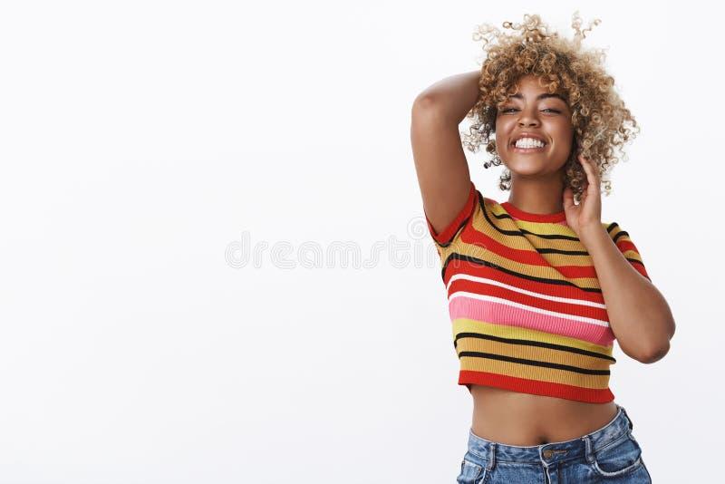 噢是这是我的歌曲 播种的上面和牛仔裤的快乐和无忧无虑的轻松的可爱的愉快的非裔美国人的妇女 库存照片