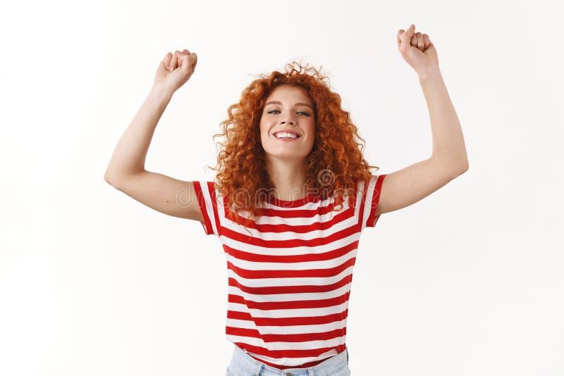 噢是,甜成功 可爱的快乐的红头发人卷曲魅力女孩镶边T恤杉享受夏天跳跃的跳舞 免版税库存照片