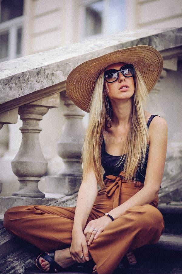 噪声 例证百合红色样式葡萄酒 室外的帽子的美丽的端庄的妇女 Fa 免版税图库摄影