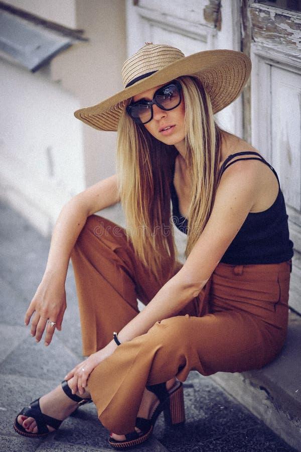 噪声 例证百合红色样式葡萄酒 站立在老的白色帽子的时髦的妇女 库存照片