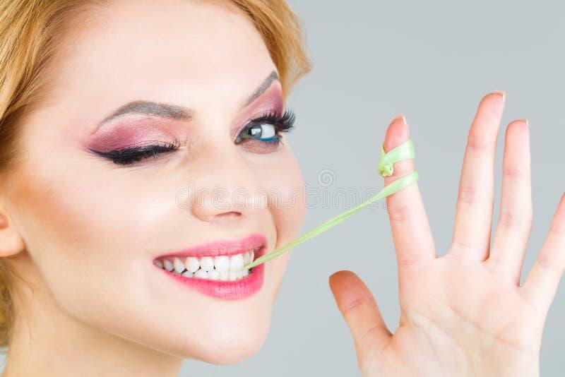 嚼女孩,泡沫口香糖画象的泡影 愉快的乐趣女性和 特写镜头面孔,微笑 妇女构成,bubblegum,胶 免版税库存图片