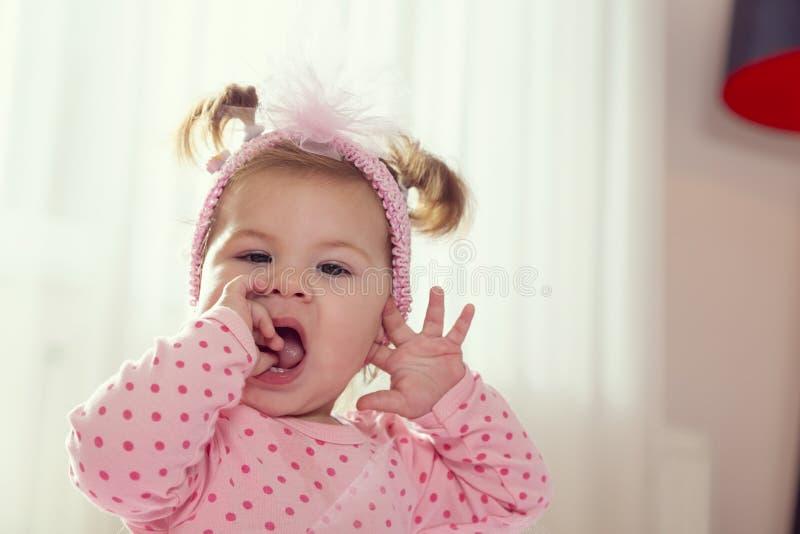嚼她的手的女婴 库存图片