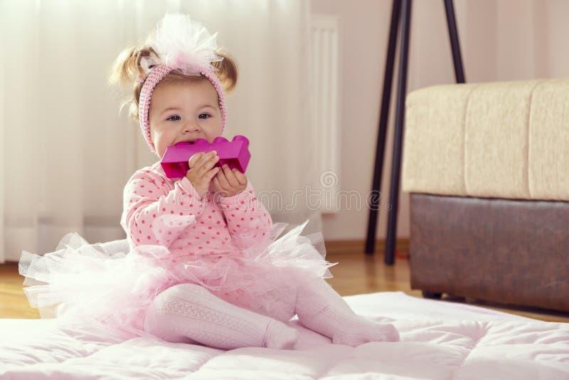 嚼玩具块的婴孩 免版税库存照片