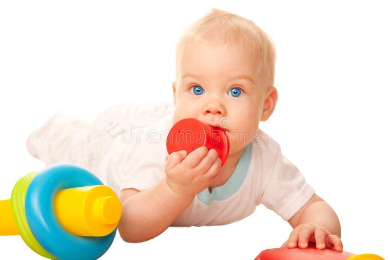 嚼玩具的婴孩。 长牙齿的和发痒的胶 库存图片