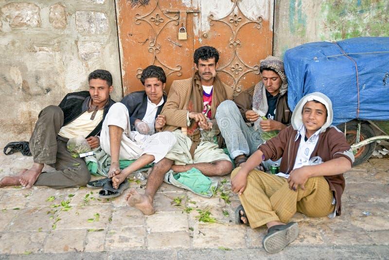 嚼khat qat的男孩在街道萨纳也门离开 库存图片