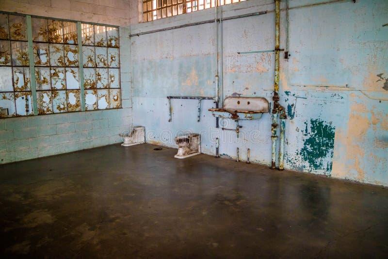 囚犯的一个洗手间区域在阿尔卡特拉斯岛里面 库存照片