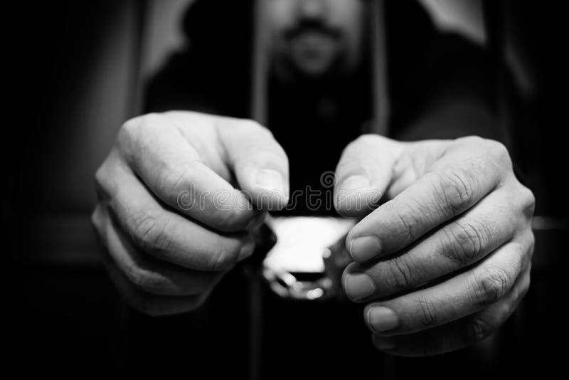囚犯的手钢格子关闭的 免版税库存图片