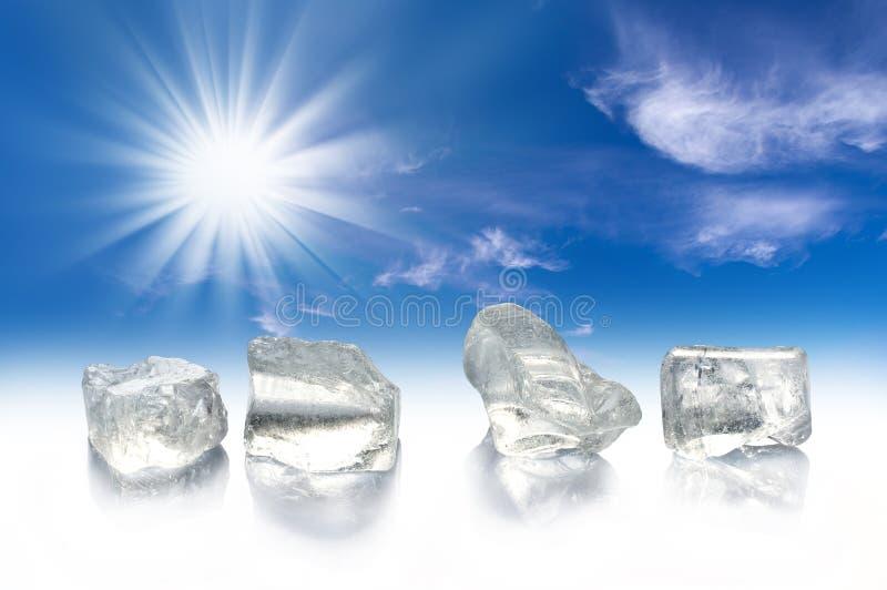 四个冰块、太阳和蓝天 库存图片