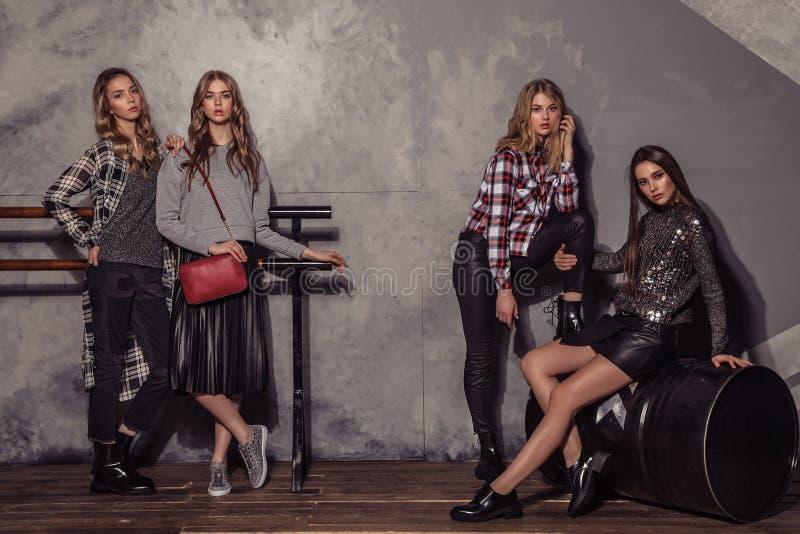 四个在便衣的时装模特儿女孩全长画象 库存图片
