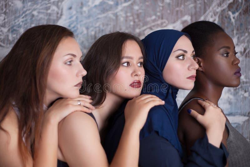 四个女孩画象有另外肤色和国籍的 库存图片