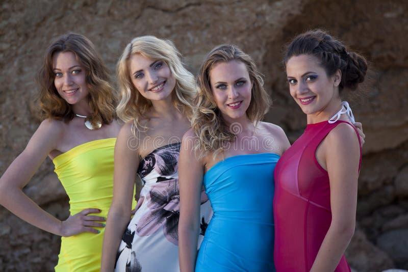 四个女性朋友微笑 免版税库存照片