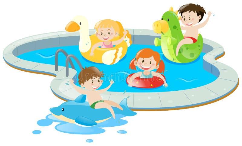 四个孩子获得乐趣在水池 皇族释放例证