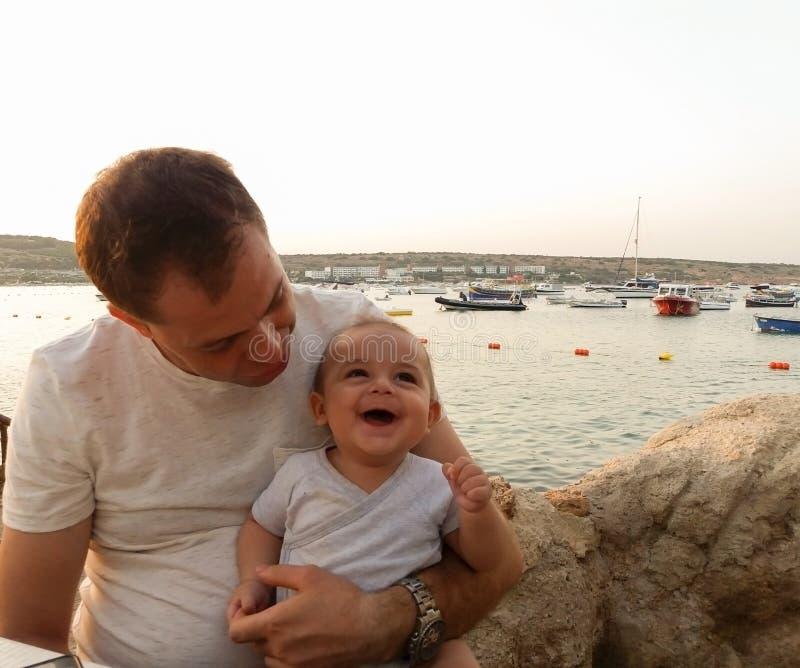 四个月的男婴在咖啡馆坐海滩 免版税库存照片