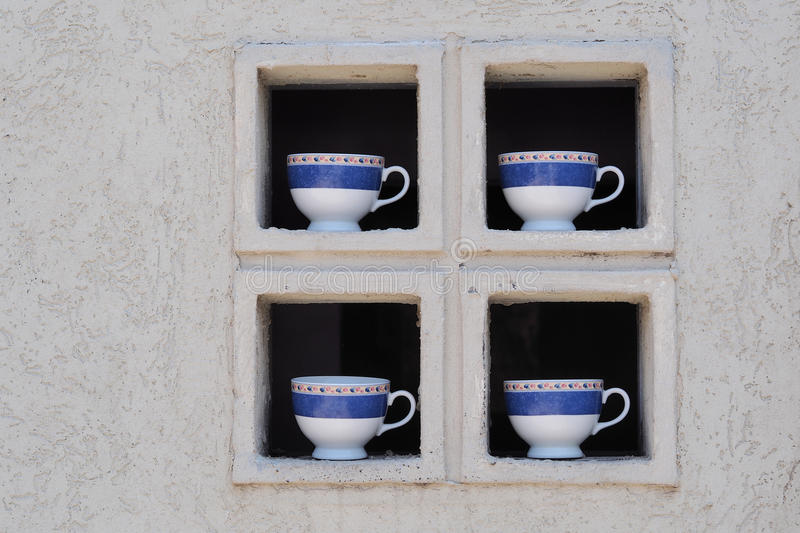 四个瓷杯子在窗口里 库存图片