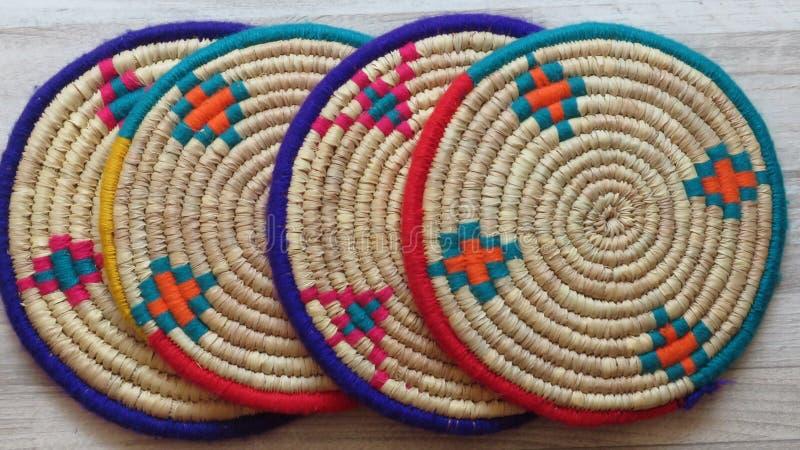 四个美丽的手工制造被编织的竹子/藤茎盘子 免版税库存照片