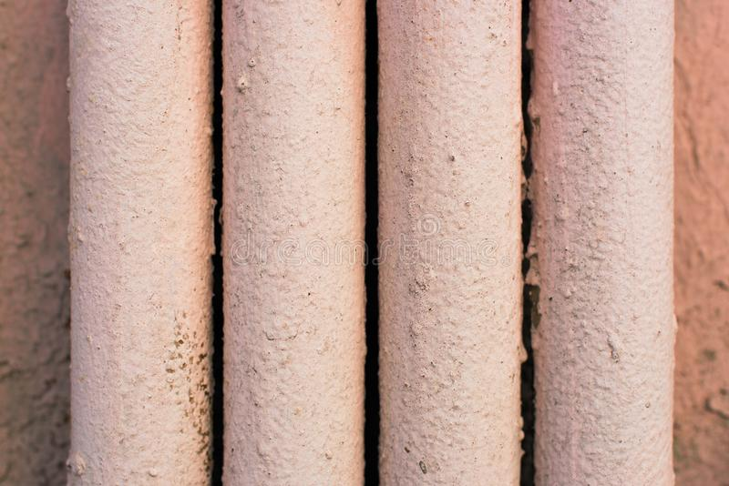 四个金属管子绘与桃红色油漆 库存图片