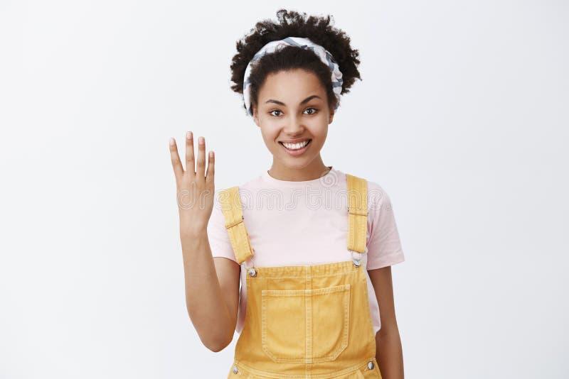 四产生我 友好有同情心和逗人喜爱的姐姐画象有黑暗sking的在时髦黄色总体和 免版税图库摄影