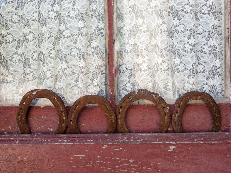 四副马掌在与帷幕的一个老窗口里 库存照片