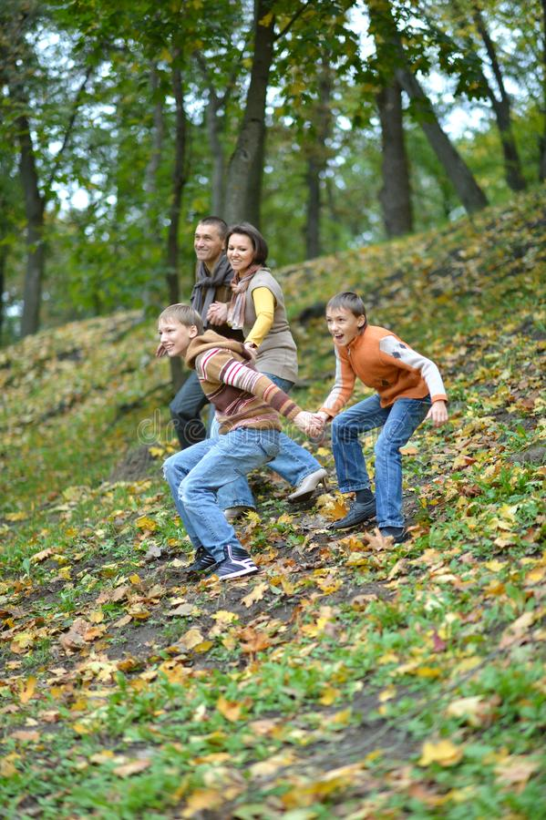 四口之家获得乐趣在秋天 库存图片