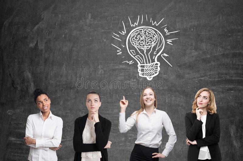 四名妇女突发的灵感 Blackboardl 电灯泡概念想法例证光向量 免版税库存图片