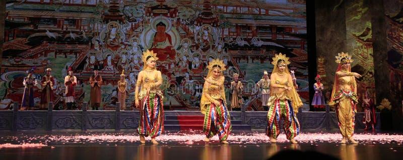 四在敦煌盛大剧院扮演的舞蹈戏曲的舞蹈家,中国 免版税库存图片