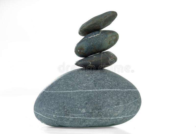 四块石头金字塔在平衡的在白色背景被隔绝 库存图片