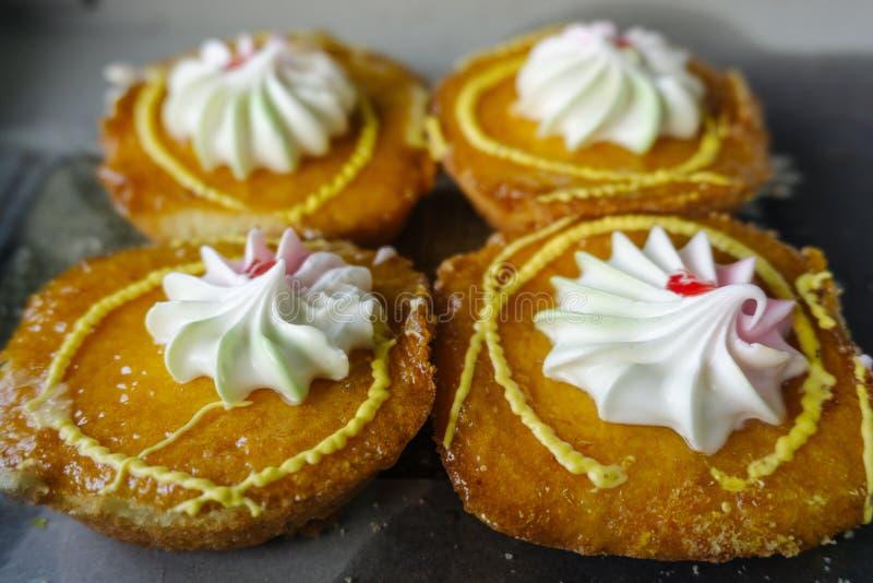 四块黄蛋糕 免版税库存照片