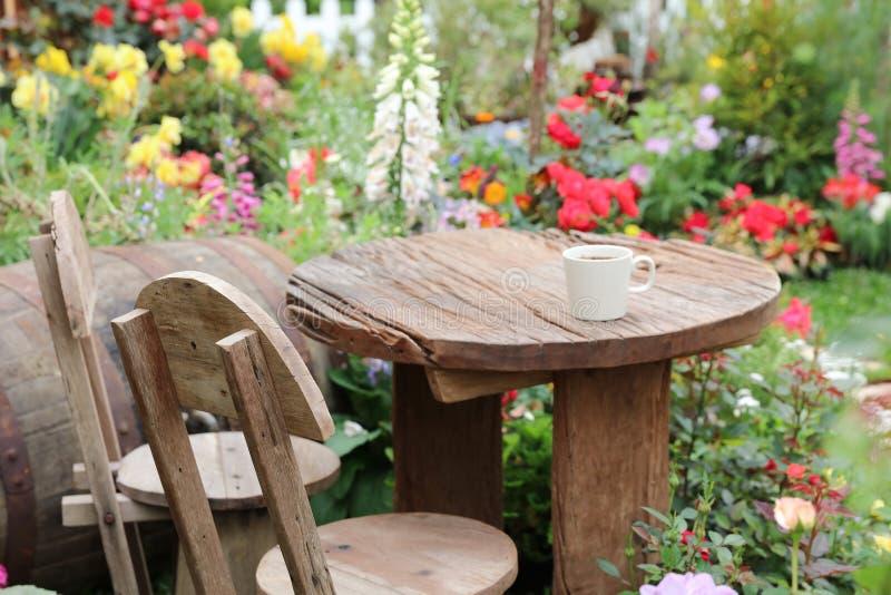 四季不断的庭院花床在春天 免版税库存照片